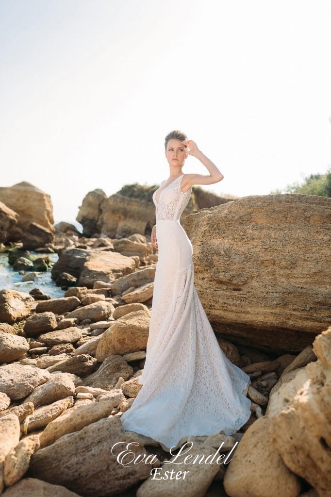 bridalidol_top_trends_for_wedding_dresses_2016_deep_cleavage.jpg.jpg