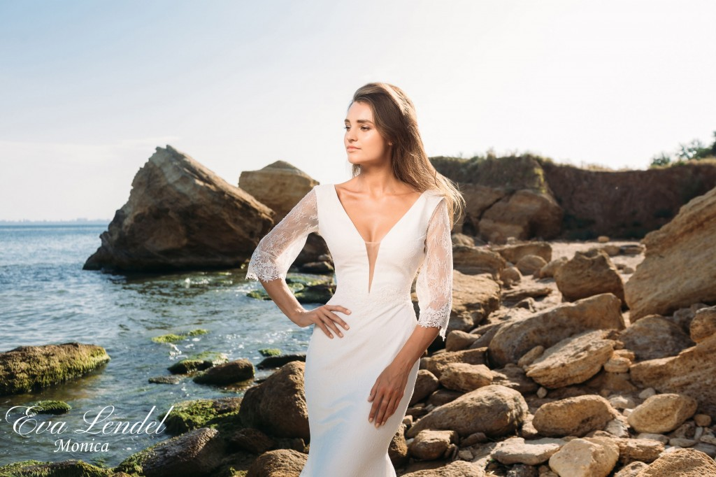 bridalidol_top_trends_for_wedding_dresses_2016_deep_cleavage1